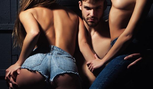 2人の女を抱いてる男