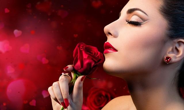 薔薇の匂いを嗅ぐ女性
