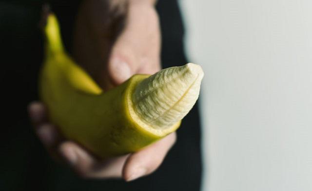先端の皮を切り落としたバナナ