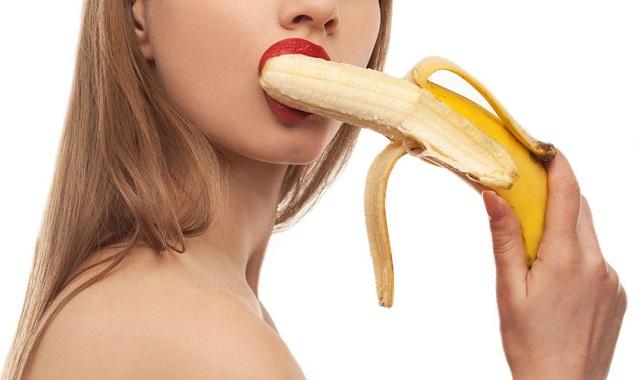 バナナをしゃぶってる女