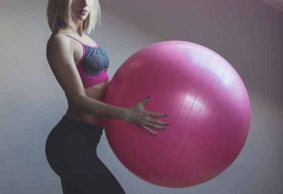 バランスボールを持つ女