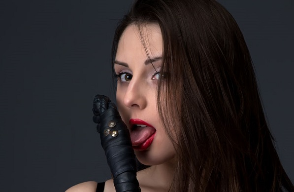 棒を舐めてる女
