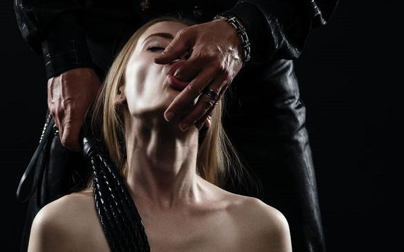 指をしゃぶってる女