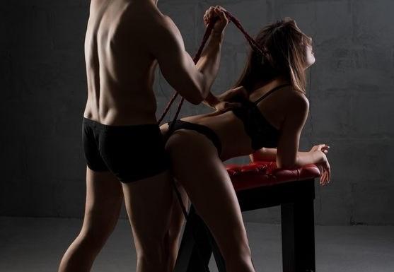赤い紐で首絞められる女