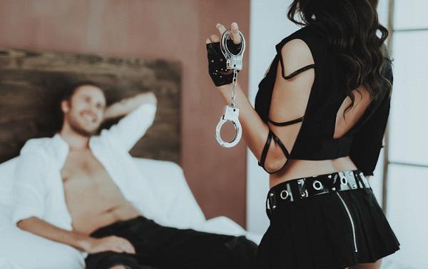 手錠で男を縛る女