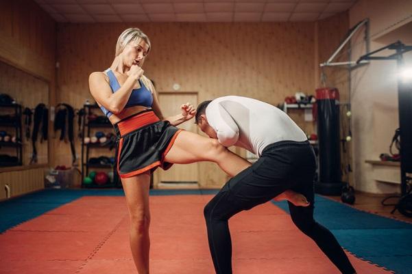 男の股間を蹴る女