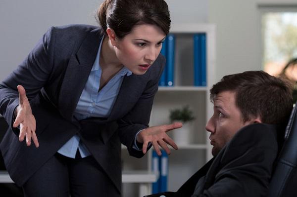 女上司に罵られる男